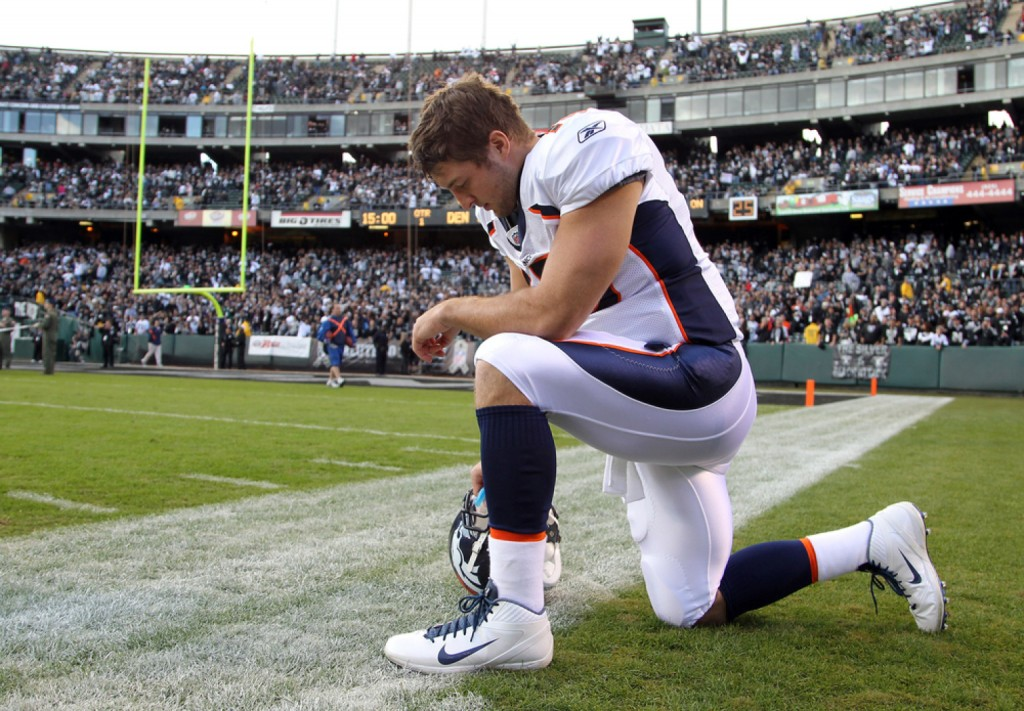 OAKLAND, CA - NOVEMBER 06:  Tim Tebow <a href=